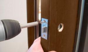 Ustanovka-zamka-na-dveri